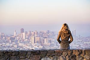 Tyttö katsoo kaupunkia